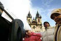 V Praze začal mezinárodní rok astromie. Na Staroměstkém náměstí měli lidé možnost prohlédnout si různé typy hvězdářských dalekohledů.