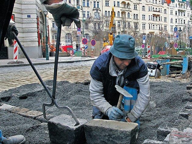 MIMOŘÁDNÉ TEMPO. Nasadili ho včera dělníci, kteří urychleně dokončovali rekonstrukci dlažby v Břehové ulici na Starém Městě. Důvodem spěchu je rozhodnutí neonacistů pochodovat navzdory zákazu někdejším židovským městem.