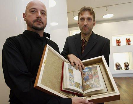 Koordinátor sdružení Projekt šance László Sümegh (vlevo) přebírá z rukou marketingového ředitele nakladatelství Archa 90 Zdeňka Stejskala jednu z knih.