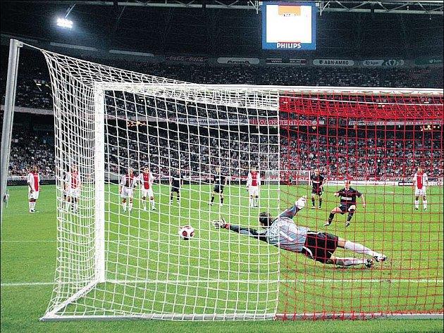 David Kalivoda proměňuje rozhodující penaltu po faulu na Petra Jandu.