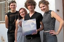 Čtveřice z Rakovníka - Manon Meurt - si libuje v alternativní rockové hudbě začátku 90. let a vedle pražské klubové scény by se ráda prosadila i v zahraničí.