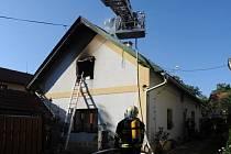 Požár v podkroví rodinného domu v Mírové ulici v Kolovratech.