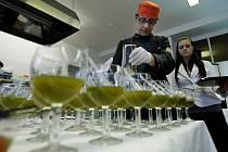 Šéfkuchař Majestic Plaza Dušan Metelka připravuje vizkózní Mojito s espumou Coca-Cola. V principu jde o to, že se jednotlivé složky nápoje mojito společně rozmixují.