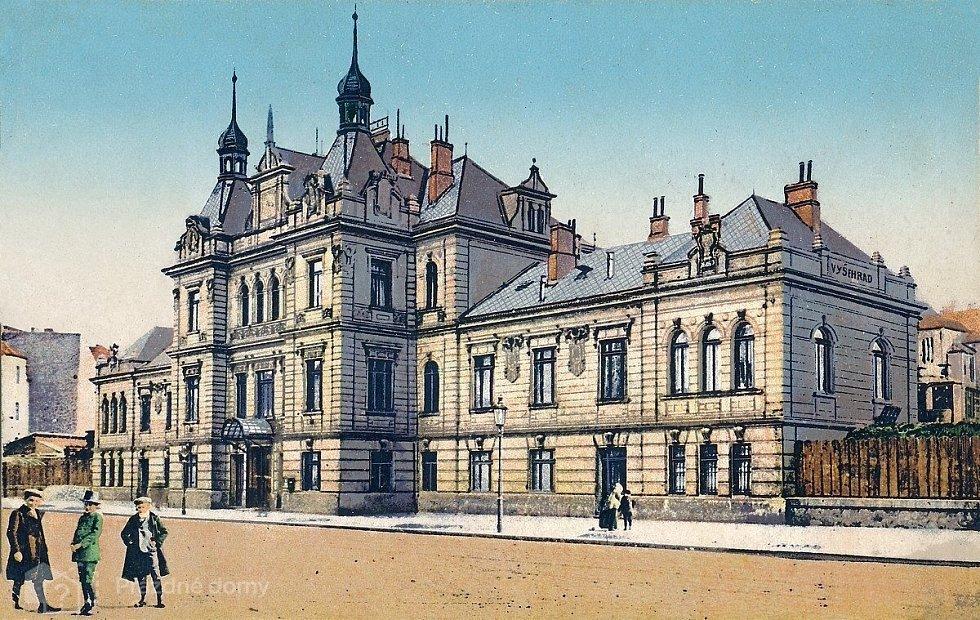 Secesní budova nádraží Vyšehrad byla postavena v roce 1904, její autor je dodnes neznámý.