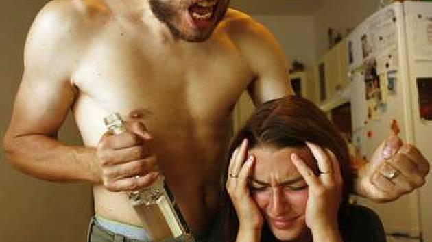 Někteří muži chtějí mít nad svou partnerkou absolutní kontrolu.