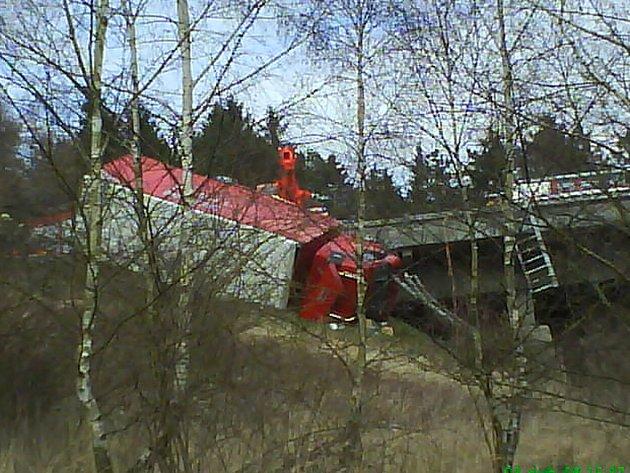 Nehoda kamionu, která se stala po třetí hodině odpolední na 21 kilometru směrem na Brno, stále komplikovala dopravní situaci na dálnici.