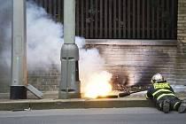 Požár plynového a elektrického vedení, který vznikl krátce po poledni ve Střešovické ulici, zastavil provoz tramvají číslo 1, 2 a 18.