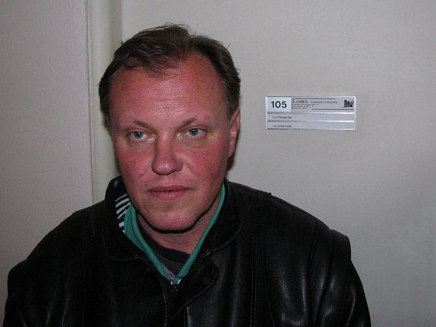 BEZ PRÁCE I PENĚZ. Aby mohl podvodným zprostředkovatelům zaplatit, musel si Petr Křepelka půjčit.
