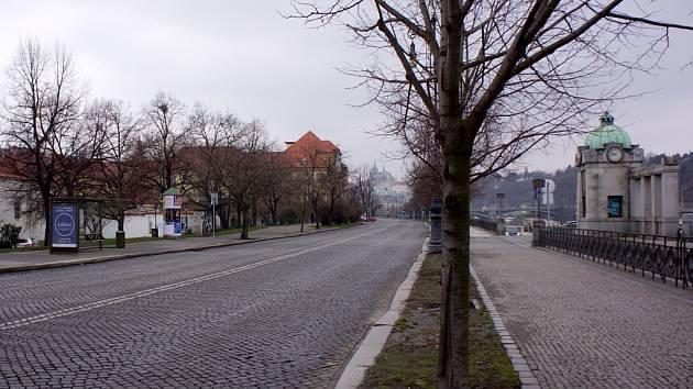 Dvořákovo nábřeží v Praze.