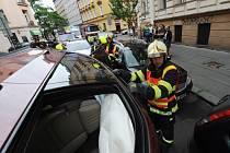 Hasiči likvidují nabouraná auta