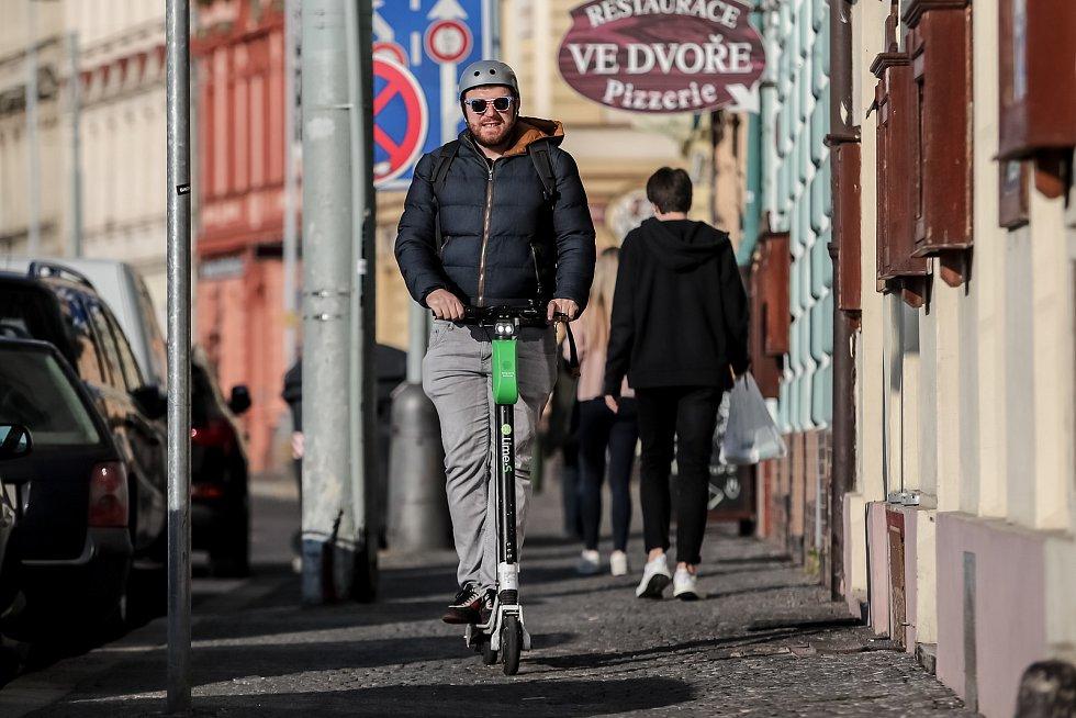 Redaktor Deníku Michael Bereň si na vlastní kůži zkoušel projet na koloběžce Lime v Praze.