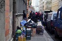 Velké stěhování. Tak to v úterý 11. února 2014 vypadalo před domem v Neklanově ulici na pražském Vyšehradě.
