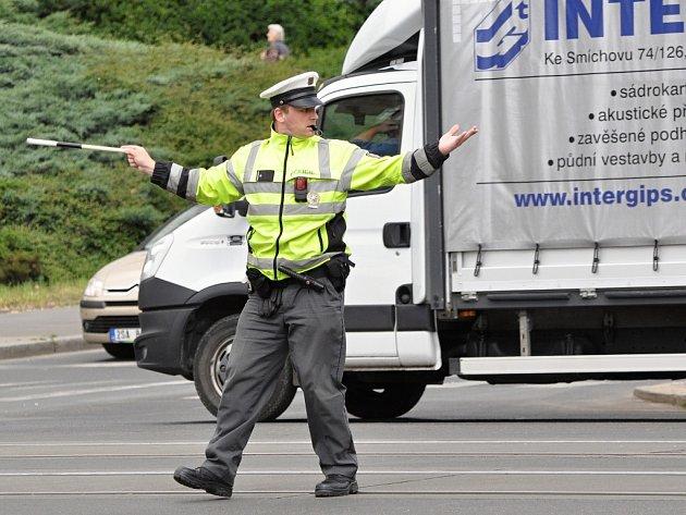 Klání policistů soutěžících o nejlepšího regulovčíka řídícího silniční provoz se ve středu 27. května 2015 uskutečnilo na dvou velkých křižovatkách v pražských Vršovicích - u Edenu a na bohdalecké křižovatce.