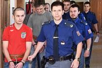 Tresty od osmi do 15 let odnětí svobody rozdal soud třem mužům obžalovaným z podílu na loňském ubití bezdomovce v Rakovníku. Čtvrtý byl zproštěn obžaloby.