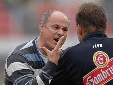 PÍSKEJTE TO POŘÁDNĚ! Trenér Krče Juraj Šimurka v diskuzi s jedním z arbitrů.