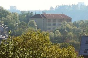 Základní škola Pod Žvahovem, kde prozatím sídlí i Taneční centrum Praha.
