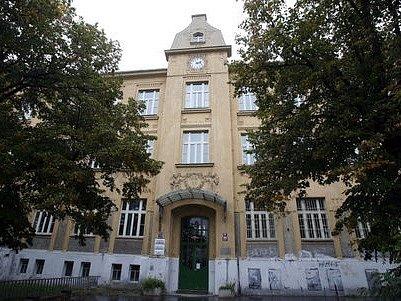MÍSTO ŠKOLY RADNICE. Na rozsáhlou vilu, kterou v roce 2006 opustila základní škola, si dělá zálusk radnice Prahy 10.