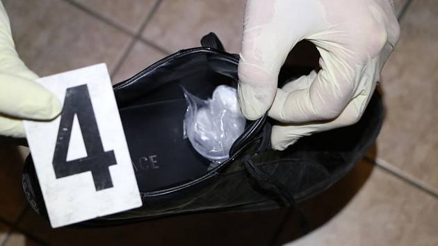 Věci nalezené při domovní prohlídce dealerů kokainu.