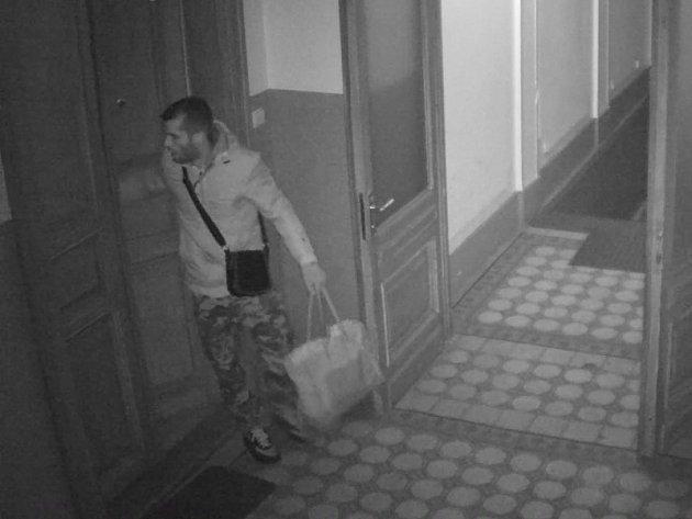 Muž podezřelý z vloupání do přízemního bytu ve Slezské ulici na pražském Žižkově.