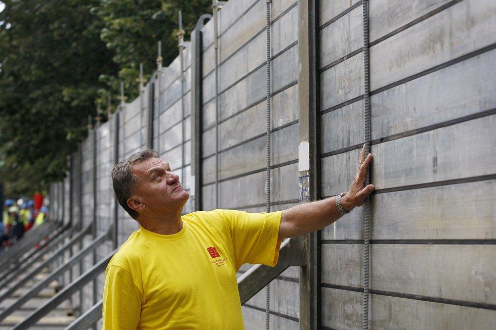 Výstavbu protipovodňových bariér u Karlových lázní si přišel prohlédnout pražský primátor Bohuslav Svoboda.