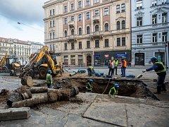 Kvůli noční havárii vodovodního potrubí je od pondělního zcela uzavřena Sokolská ulice v centru Prahy u křižovatky s Ječnou.