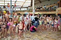 Děti ze středočeských dětských domovů se vypravily do čestlického aquaparku. Díky Středočeskému kraji si užily soutěže i koupání.
