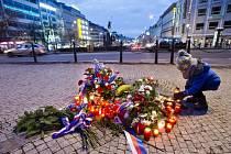 Malý chlapec položil svíčku u pomníku Jana Palacha před Národním muzeem v Praze, kde se 16. ledna 1969 upálil na protest proti pasivitě lidí několik měsíců po okupaci vlasti vojsky Varšavské smlouvy.