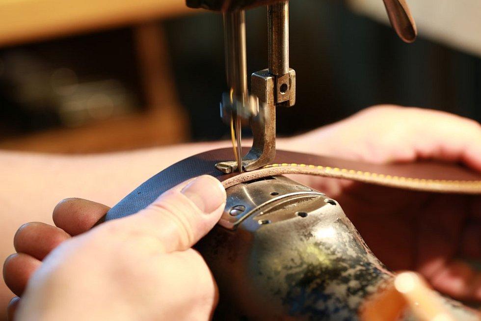 Ivan Petrův dokázal v Brašnářství Tlustý a spol. propojit tradiční řemeslnou zručnost, staré mechanické stroje a moderní prostředky marketingu a prodeje.