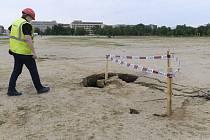V Praze na Letenské pláni se 13. května 2020 odpoledne propadla země. Otvor má rozměry zhruba čtyři krát dva metry, hluboký je půl metru.
