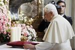 Benedikt XVI. se poklonil v kostele Panny Marie Vítězné Pražskému Jezulátku a předal mu darem zlatou korunku.