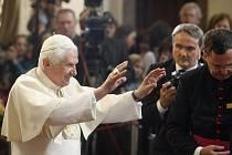 Benedikt XVI. zdraví věřící.