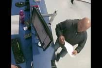 Muž podezřelý z krádeže peněženky.