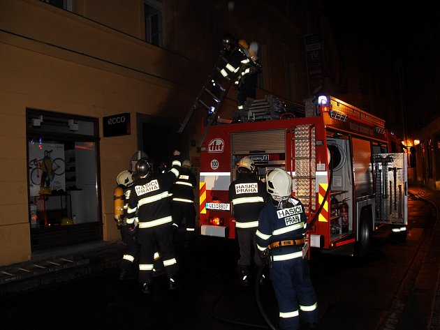 Hasiči přijeli k požáru v Rybné v šest hodin ráno.