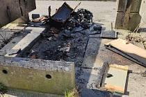 Požárem zničené kontejnery na odpad