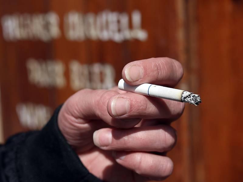 """Kuřáci si však své potěšení vzít nenechávají a od """"krabiček"""", kde se nyní cena pohybuje od 100 do 140 korun, přecházejí na tabák řezaný a ve větší míře poptávají plničky cigaret."""