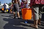 V důsledku rozsáhlé havárie vodovodního řadu ve Formánkově ulici v Praze 8 jsou bez dodávek vody tisícovky domácností přilehlých čtvrtí. Náhradní zásobování vodou zajišťuje několik desítek cisteren.