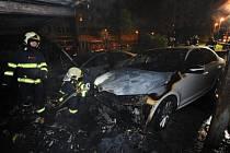 Požár kontejnerů a blízko stojících automobilů ve vnitrobloku v Jateční ulici v pražských Holešovicích.