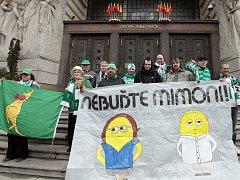 Fanoušci Bohemians čekají na Magistrátu hlavního města Prahy na výsledek jednání pražské rady ohledně stadionu v Ďolíčku.