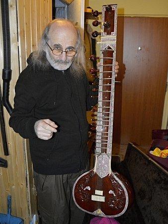 Pouliční bard a hráč na celou řadu starověkých etnických nástrojů Jiří Wehle sručně zdobeným indickým sitárem.