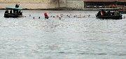 Tříkrálová otužilecká plavba pro převoznický punč 2019 pod Karlovým mostem.