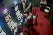 Krádež peněženky v baru v Jablonecké ulici v Praze 9.