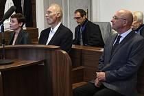 Městský soud v Praze vynesl 9. července 2020 rozsudek v případu tři bývalých úředníků (zleva Eva Benešová, Jan Horák a Petr Chmelík) obžalovaných kvůli restituci Bečvářova statku v Praze.