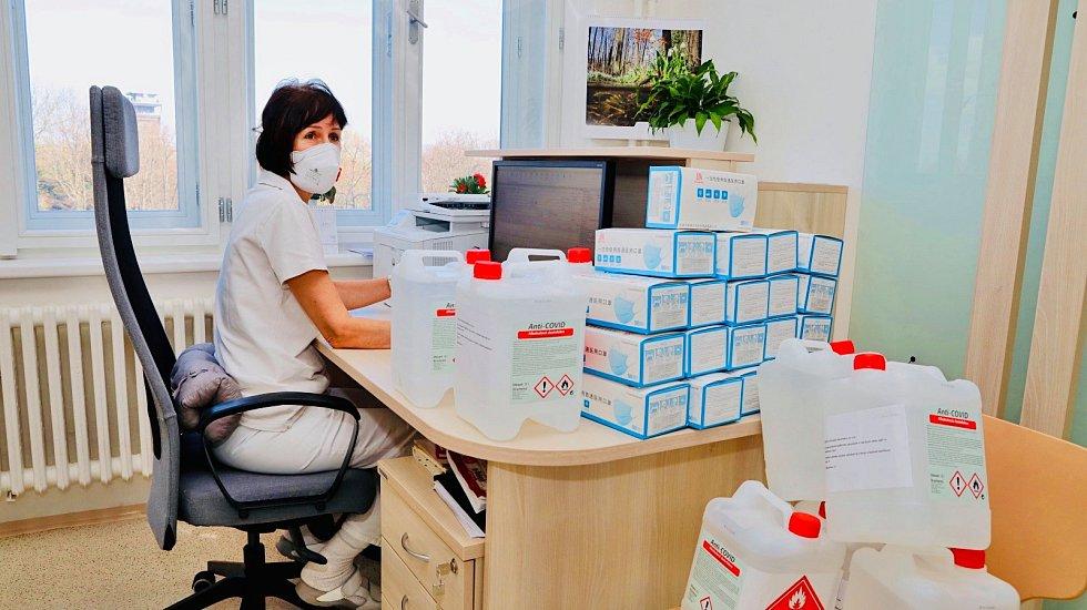 Praha 3 distribuuje ochranné pomůcky lékařům.