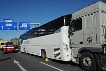 Srážka kamionů a autobusu.