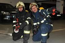 Taktické cvičení pražských hasičů při nočním zásahu v garážích nákupního centra na Chodově.