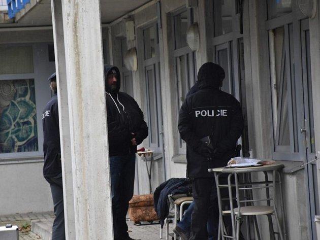 Kriminalisté vyšetřují nález dvou mrtvých na ubytovně v Michli
