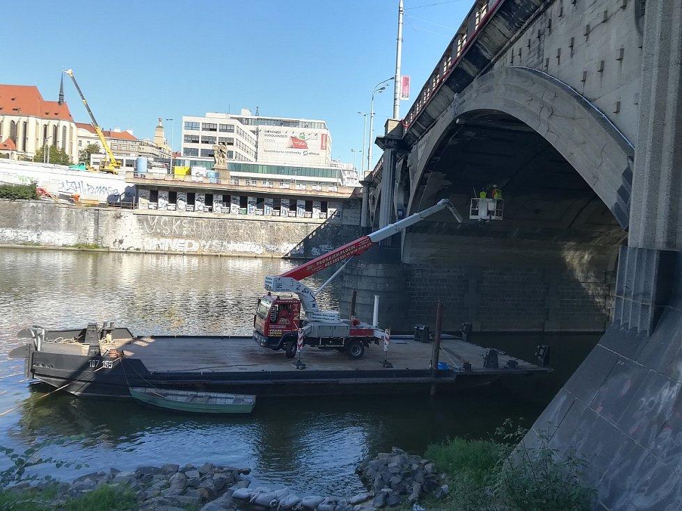 Odborníci začali diagnostické práce, které by měly pomoct opravě Hlávkova mostu.