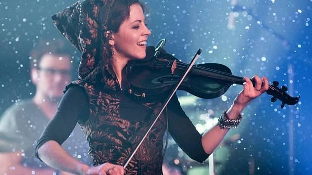 Moderní houslová virtuoska a vítězka soutěže Amerika má talent Lindsey Stirling.