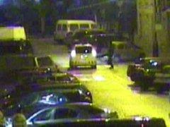 Muž kopající do auta městské policie.