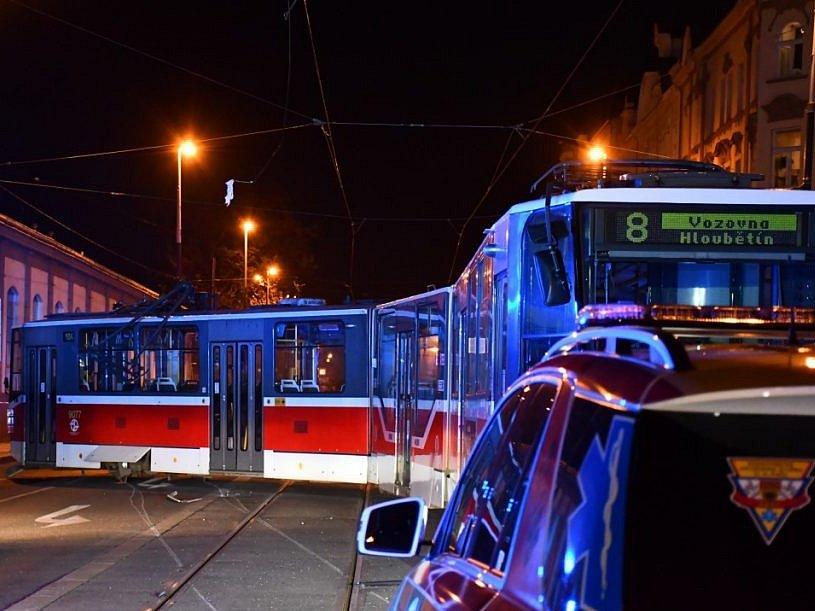 Tramvaj v Karlíně vykolejila po střetu s autem. Jeho řidiče pak museli vyprošťovat hasiči.